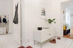 белая мебель в интерьере прихожей