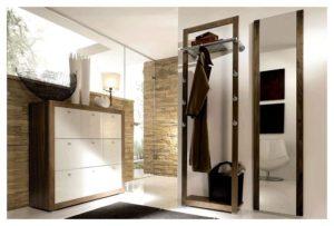 мебель в просторном коридоре