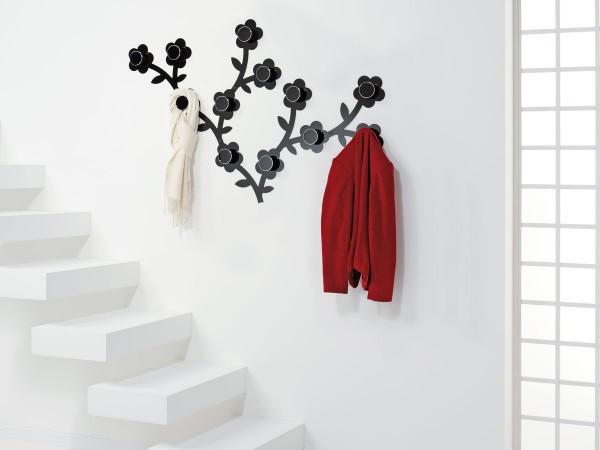 Металлическая вешалка в форме кустов с цветами.