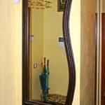 дизайнерское зеркало на стене