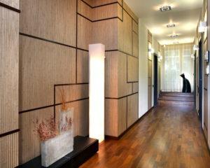 фото отделки коридора деревянными панелями