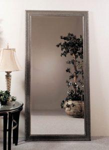 настенное зеркало в декоративной раме