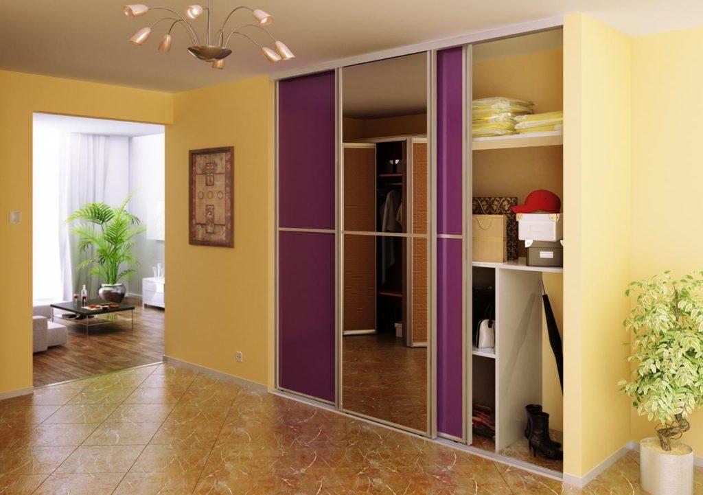 Фиолетовая встроенная мебель в прихожую.