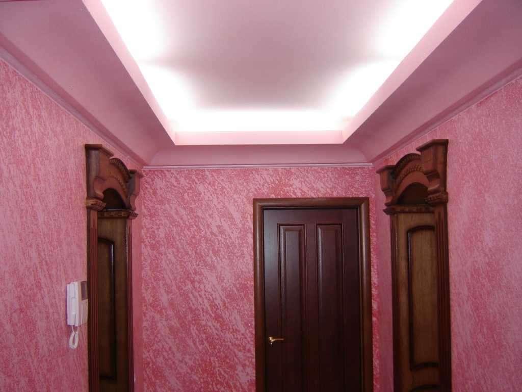 малиновые жидкие обои в коридоре
