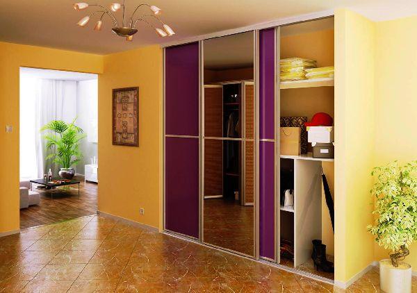 Встроенный яркий шкаф