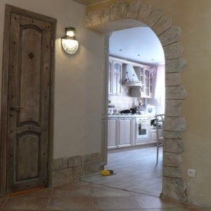 арка с отделкой в прихожей