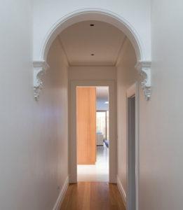 арка в узком коридоре
