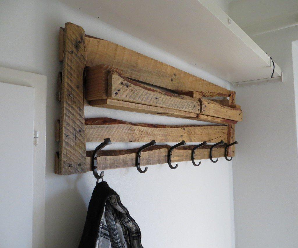 Деревянная вешалка
