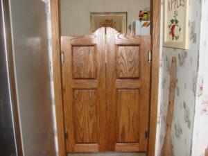 дверь салуна в коридоре