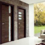 коричневые двери в коридоре