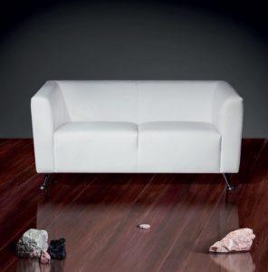 кожаный диван в коридоре