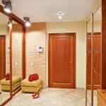 красные двери в коридоре