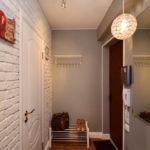 маленький коридор с вешалкой и обувницей