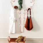 металлическая вешалка в виде дерева на стене
