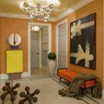 оранжевая банкетка в коридоре