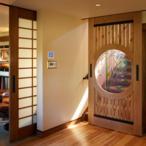 оригинальные двери в прихожей