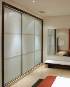 строгий дизайн шкафа