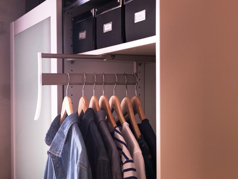 Встроенная вешалка в шкафу
