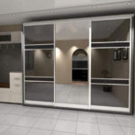 Черно-белый зеркальный шкаф в коридоре