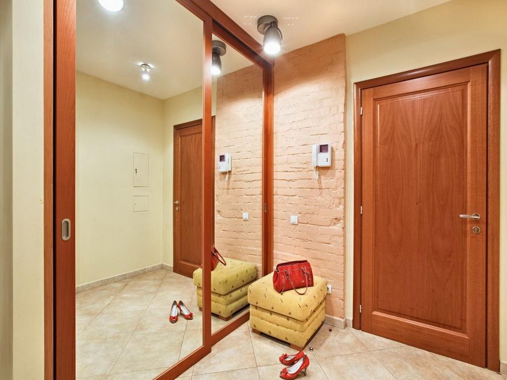 фото прихожей со встроенным шкафом-купе с зеркальными дверями
