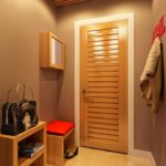 Компактный коридор с вешалкой для верхней одежды и банкеткой с полками