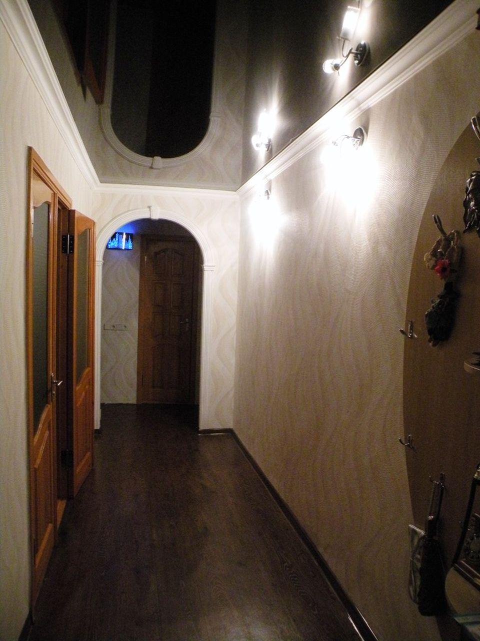Темный потолок в прихожей