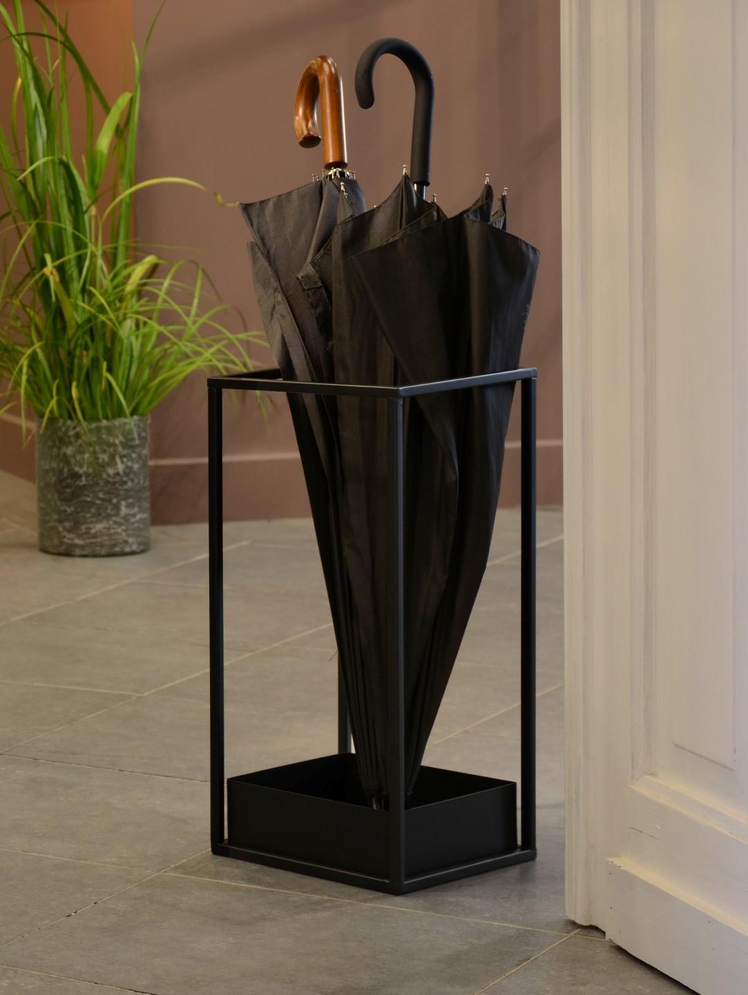 зонтница с черным зонтом в доме