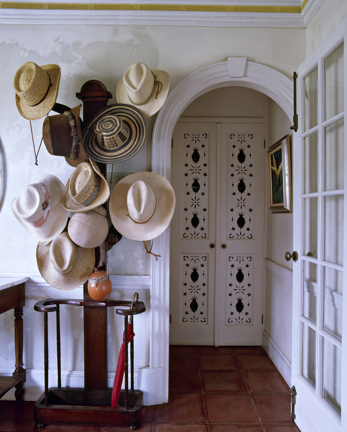 зонтница со шляпами в коридоре