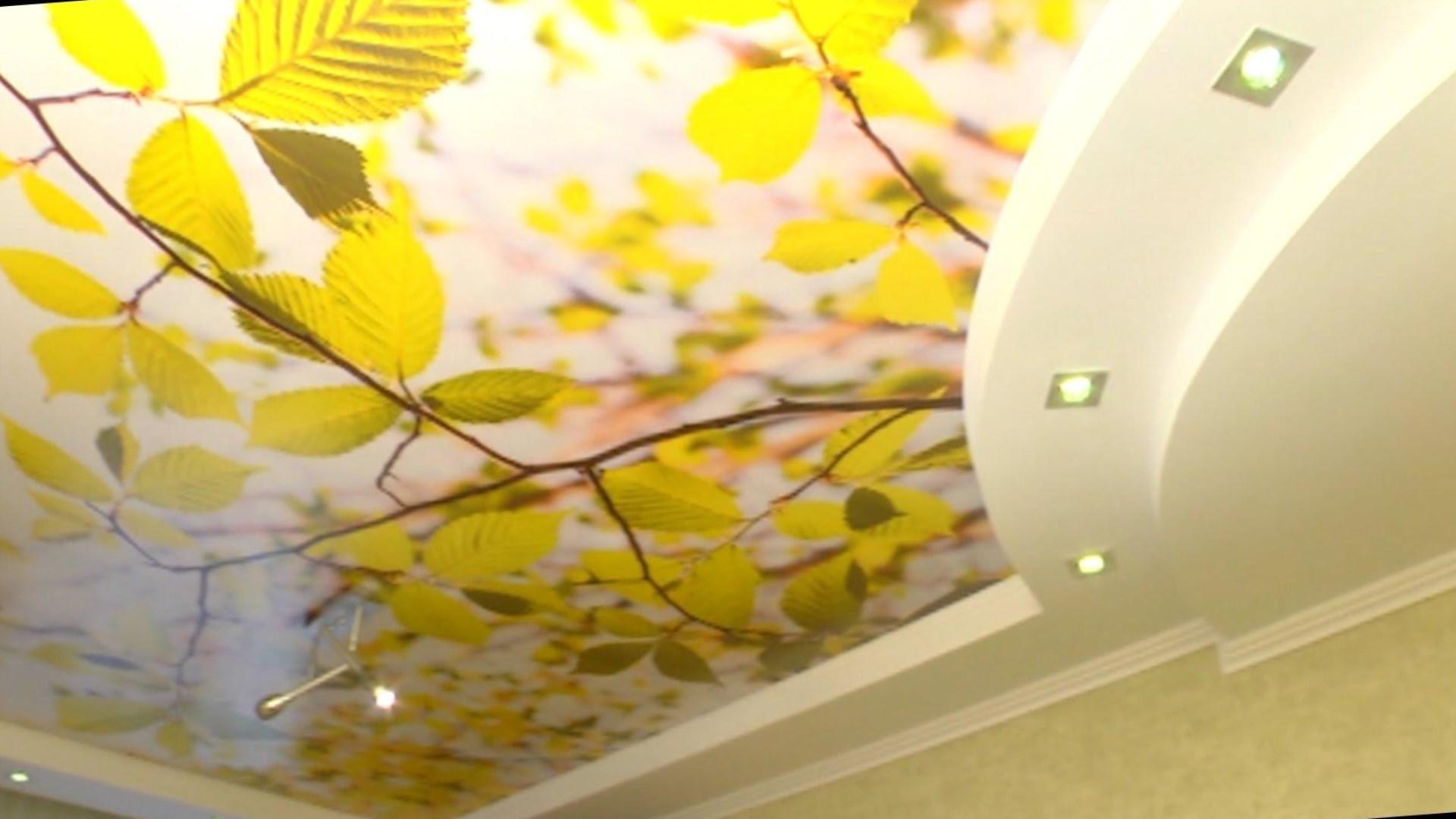 Потолок в коридоре оклеенный обоями