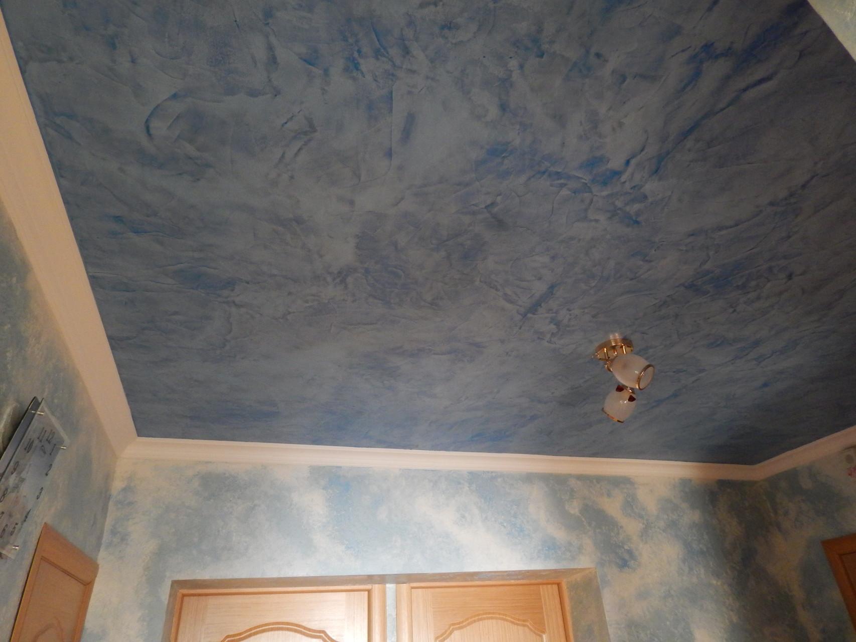 Покрашенный потолочной краской прихожая