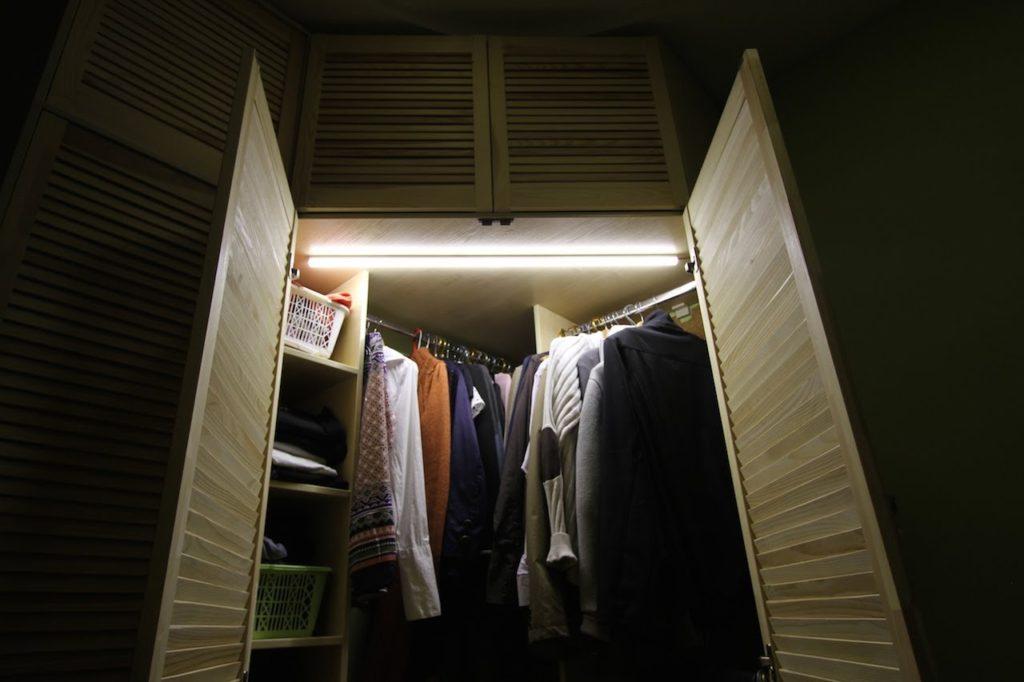 Шкаф-купе с подсветкой в прихожую.