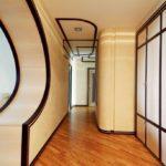 стильный вариант оформления узкого коридора