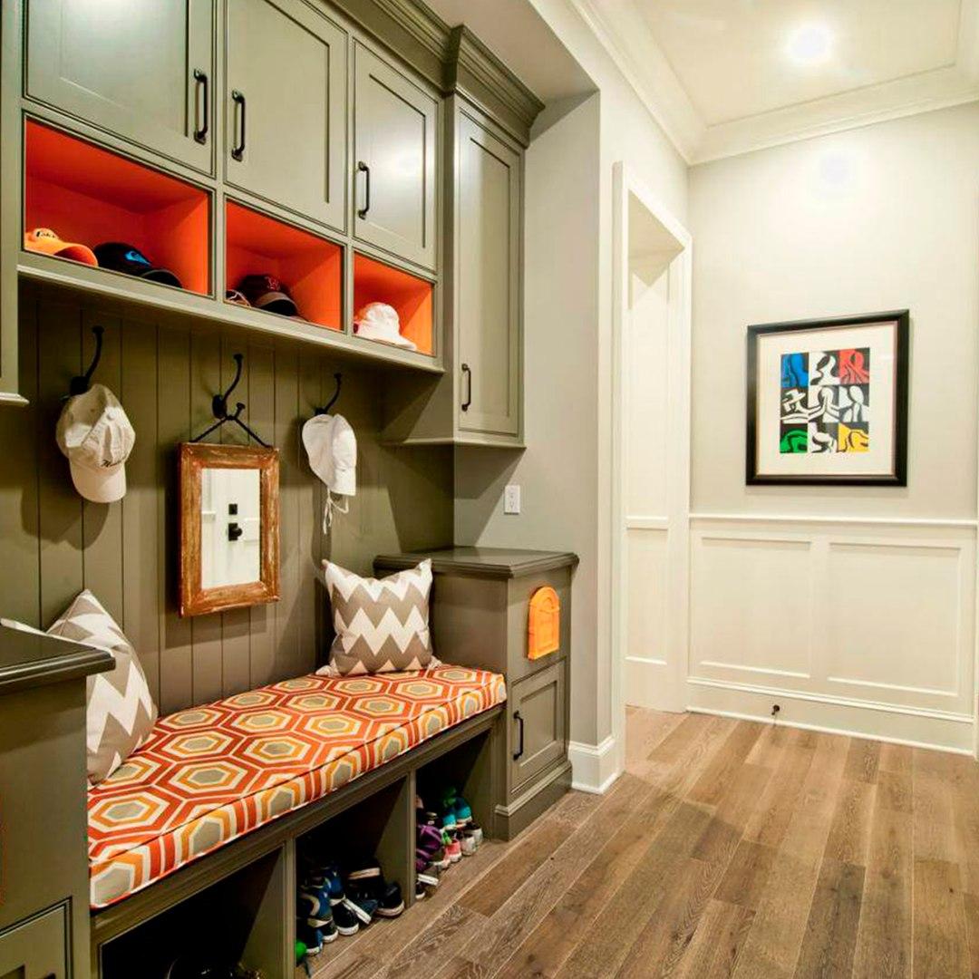 коридор с банкеткой и вместительными ящиками
