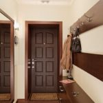 Узкий коридор с вешалкой и зеркалом