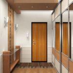 Узкий коридор с зеркальным шкафом-купе