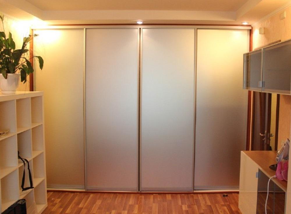шкаф с дверями-купе и дверцами из матового стекла