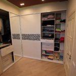 Встроенный шкаф с дверями-купе, полками, ящиками и перекладиной для вешалок