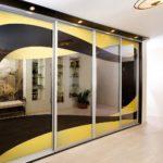 Встроенный зеркальный шкаф с черно-желтым узором
