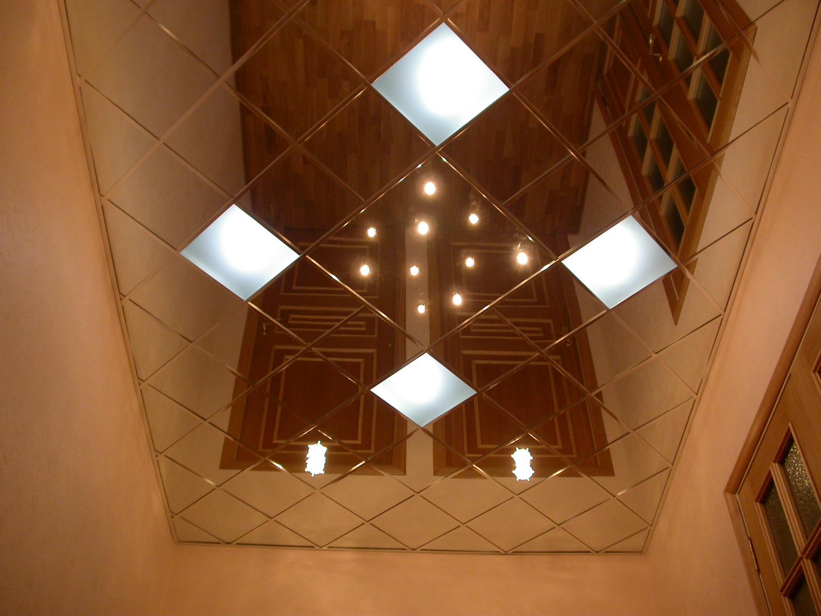 Зеркальный потолок в прихожей