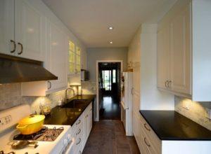 черно-белая кухня в коридоре