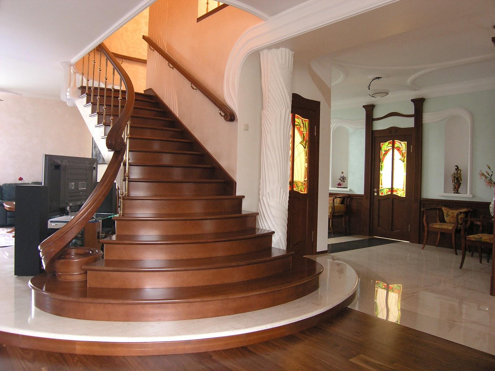деревянная лестница в прихожей