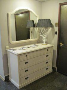 фото белого комода с зеркалом
