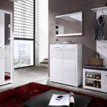 модульная прихожая с белой мебелью