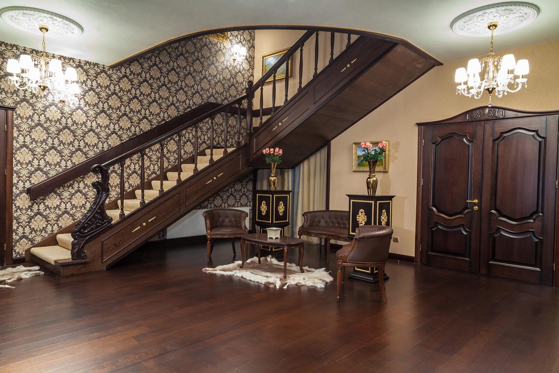 классический интерьер с лестницей