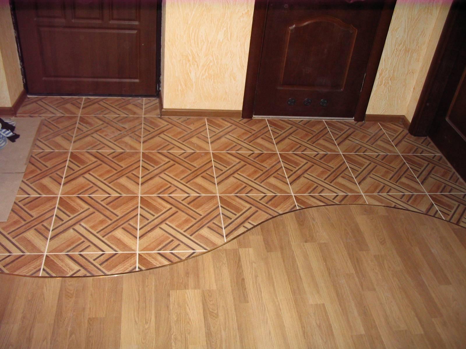 коридор с плиткой и ламинатом