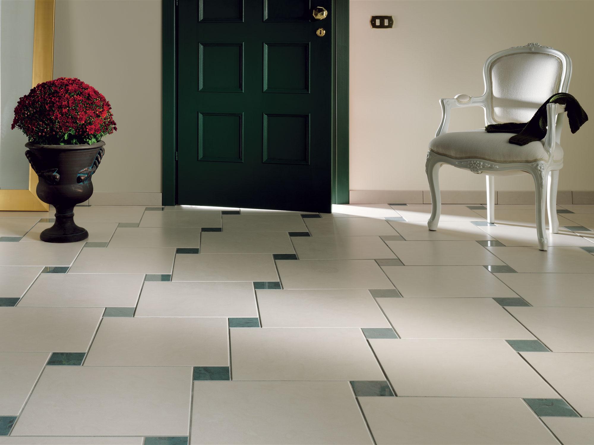 коридор с плиткой на полу