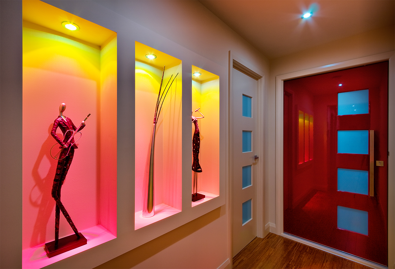 коридор с светильниками на стенах
