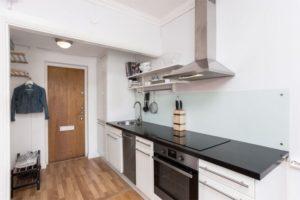кухня в коридоре квартиры-студии