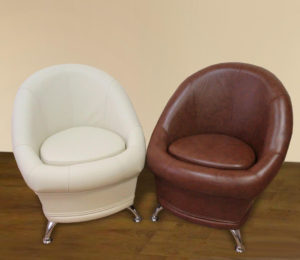 небольшие кресла в коридоре