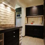 оформление черно-белой кухни-коридора